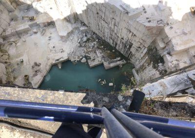 Marmorsteinbruch bei Borba. Abbau in 160 Meter Tiefe.